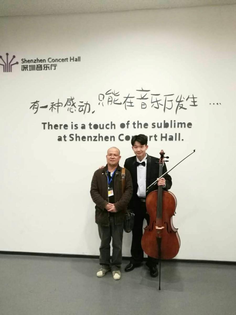 黄老师与学生罗燏在深圳音乐厅演出间歇留影