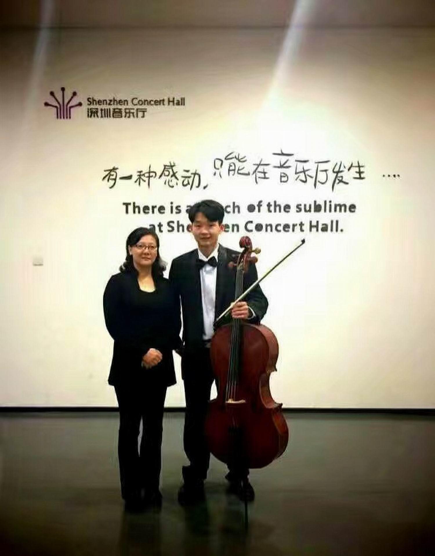 肖老师与学生罗燏在深圳音乐厅演出间隙留影