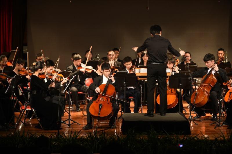 黄睿炜于2015年4月与深圳实验交响乐团合作演奏